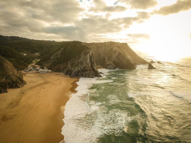 Vista aerea da una spiaggia sabbiosa al tramonto con una scogliera stupefacente fotografia stock libera da diritti