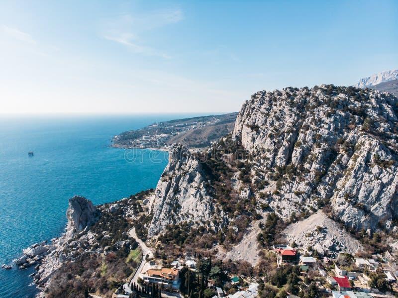 Vista aerea dal fuco di belle rocce della montagna e dal paesaggio del mare in Simeiz, Crimea Natura tropicale di stupore con la  immagine stock