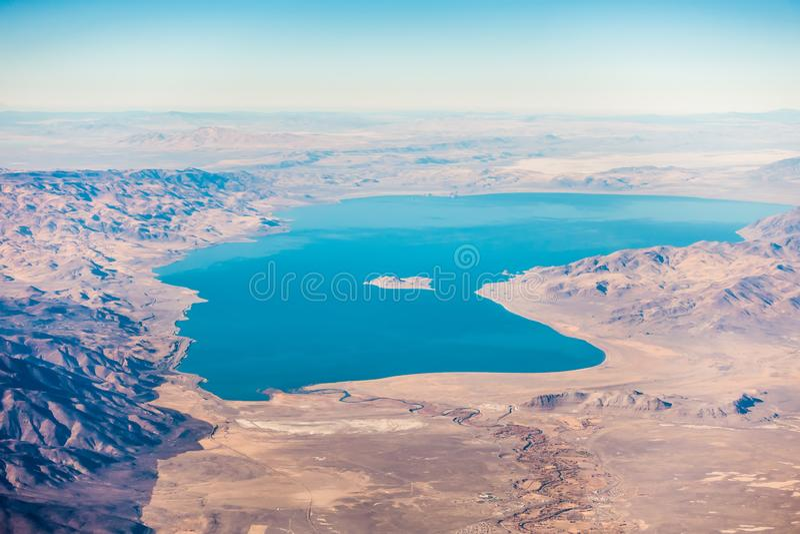 Vista aerea dal piano del lago della piramide sopra il Nevada immagine stock libera da diritti