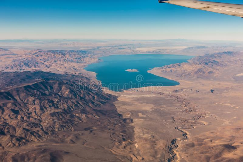 Vista aerea dal piano del lago della piramide sopra il Nevada immagini stock libere da diritti