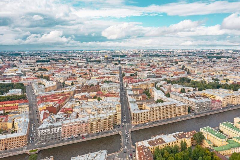 Vista aerea dall'altezza del centro urbano di St Petersburg, il fiume di Fontanka e nella cattedrale della st Isaac di distanza immagine stock