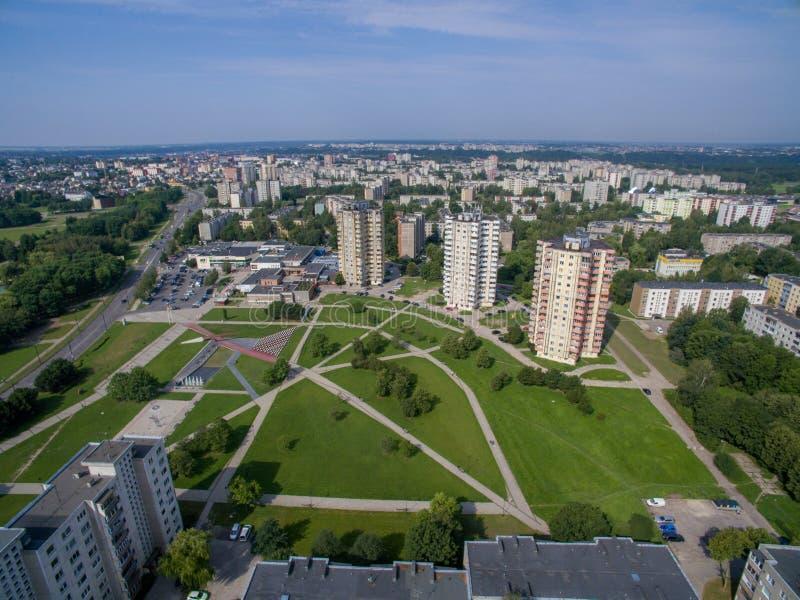Vista aerea degli appartamenti a più piani vicino al quadrato di cecenija a Kaunas immagini stock