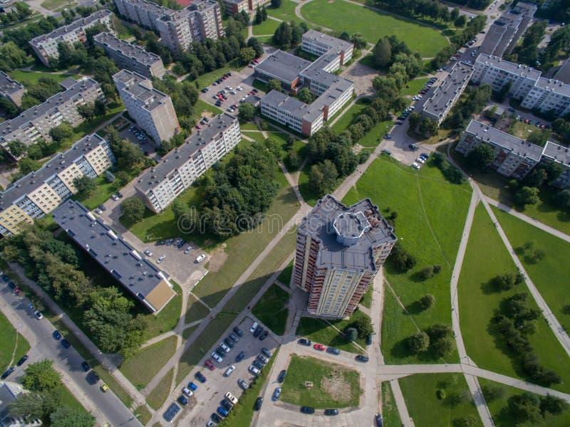 Vista aerea degli appartamenti a più piani vicino al quadrato di cecenija a Kaunas immagine stock libera da diritti