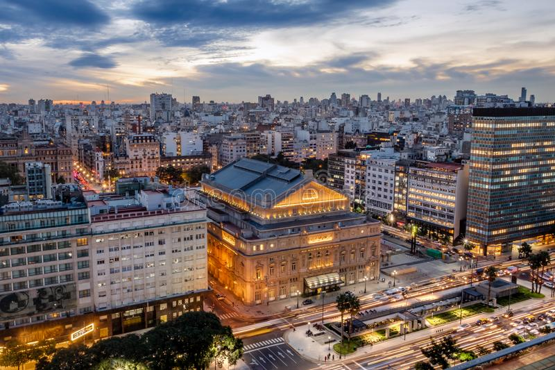 Vista aerea dei due punti Columbus Theatre e 9 de Julio Avenue al tramonto - Buenos Aires, Argentina di Teatro fotografie stock