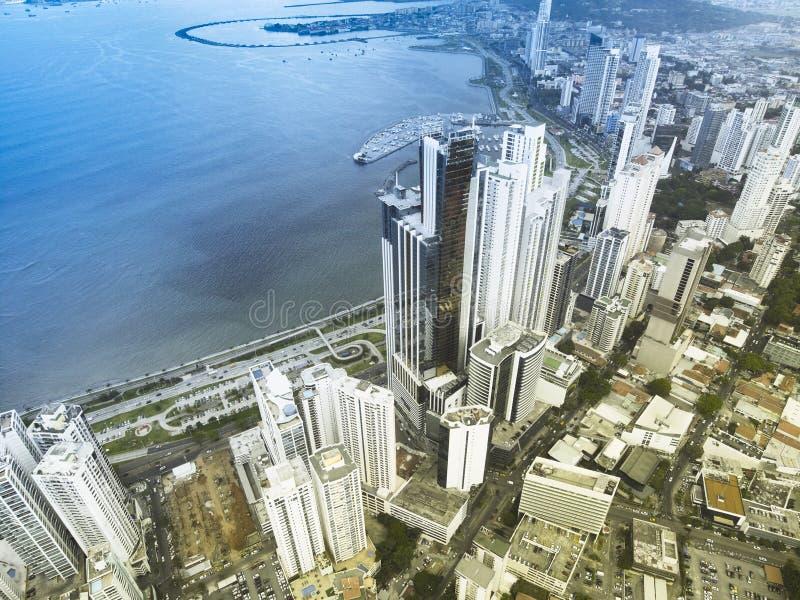 Vista aerea dei grattacieli lungo la linea costiera di Panamá fotografia stock