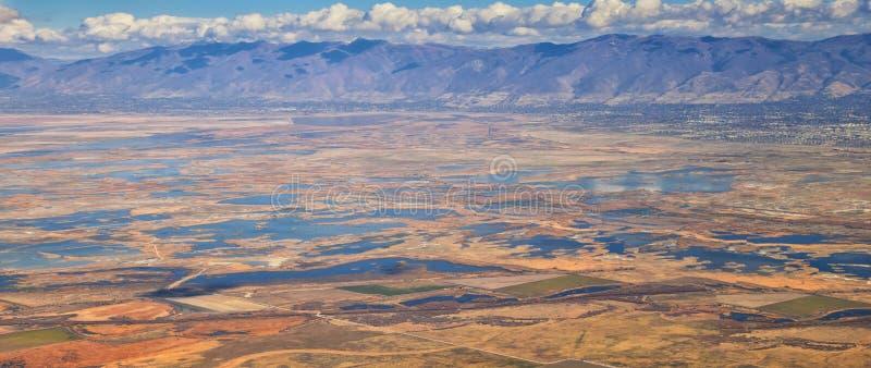 Vista aerea dei paesaggi di Wasatch Front Rocky Mountain sul volo sopra Colorado e l'Utah durante l'inverno Grandi viste ampe vic fotografia stock