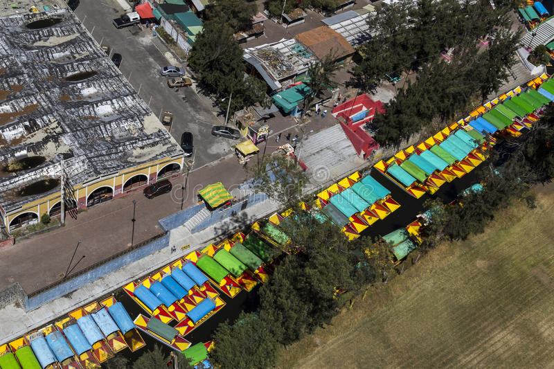Vista aerea dei trajineras messicani in xochimilco fotografia stock libera da diritti