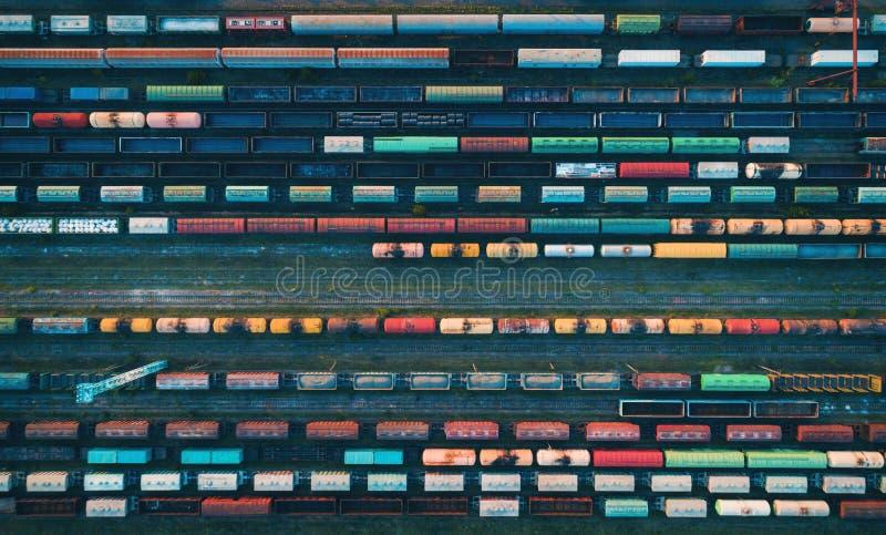 Vista aerea dei treni merci variopinti fotografie stock libere da diritti