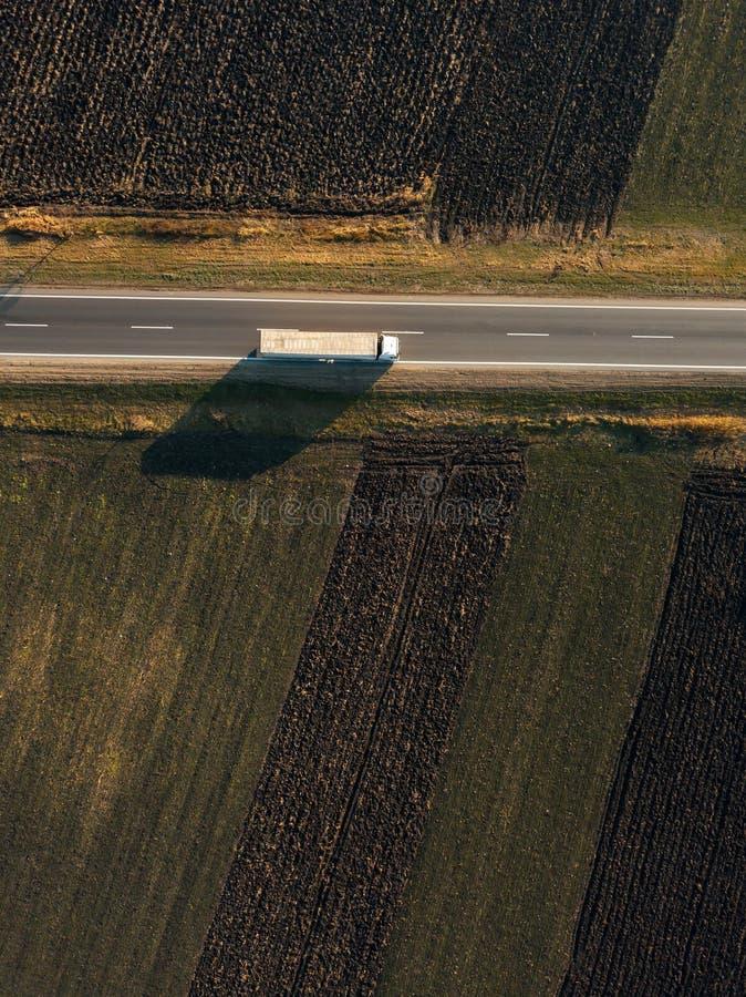 Vista aerea del camion del trasporto del trasporto sulla strada immagine stock libera da diritti