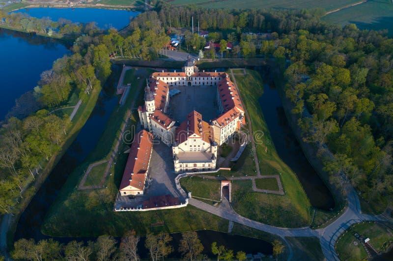 Vista aerea del castello di Nesvizh, rilevamento aereo di mattina di maggio Nesvizh, Bielorussia immagine stock