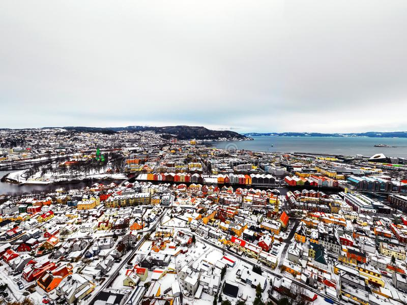 Vista aerea del centro urbano nell'inverno a Trondeim, Norvegia con neve fotografia stock libera da diritti