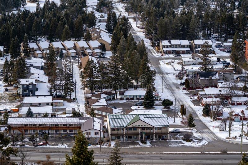 Vista aerea del citycape delle sorgenti di acqua calda del radio, Columbia Britannica Canada nell'inverno Aree residenziali e com fotografia stock libera da diritti