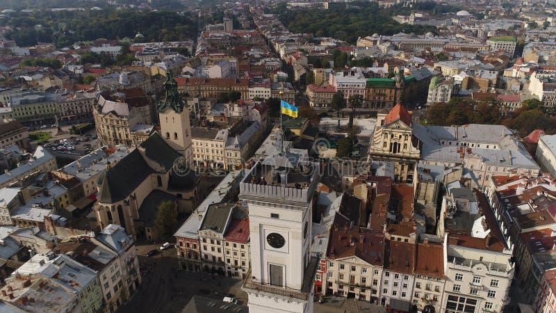 Vista aerea del comune di Leopoli e della bandiera ucraina L'Ucraina 4k fotografia stock libera da diritti