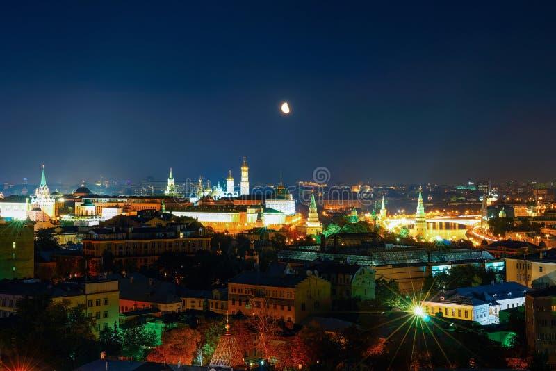 Vista aerea del Cremlino a Mosca alla luna di notte immagine stock libera da diritti