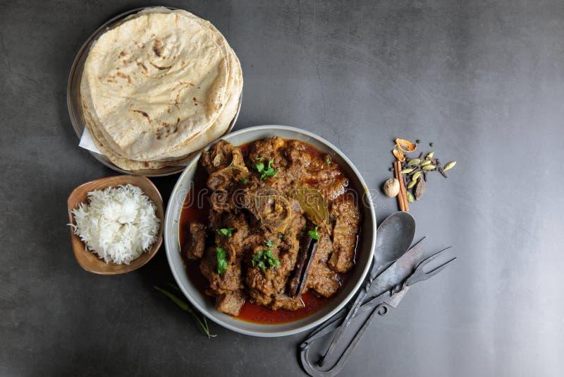 Vista aerea del curry di capra, del curry di Mutton, di Nihari, di Rogan Josh in una ciotola con Chapati e riso comune fotografia stock