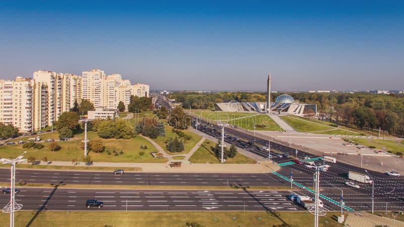 Vista aerea del ` di Minsk della città dell'eroe del ` dell'obelisco di Stela e di grande museo patriottico di guerra di bielorus fotografia stock