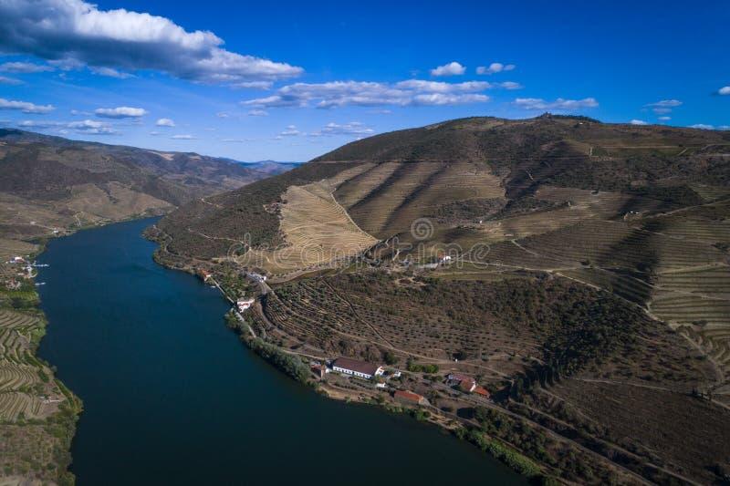 Vista aerea del fiume del Duero e dei pendii a terrazze circostanti e una proprietà di fabbricazione di vino nel Portogallo, Euro fotografie stock libere da diritti