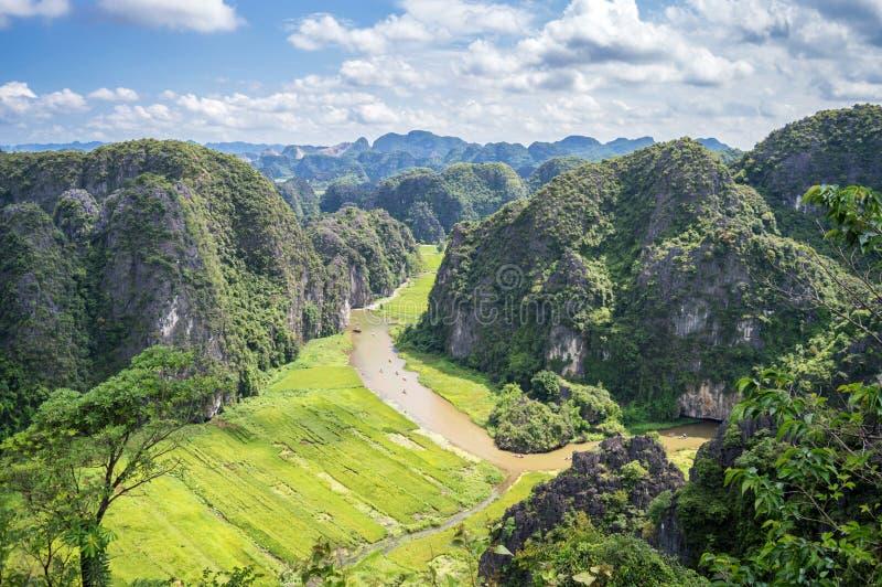 Vista aerea del fiume fra le risaie e le montagne del calcare, paesaggio scenico vietnamita a ninh Binh Vietnam fotografia stock