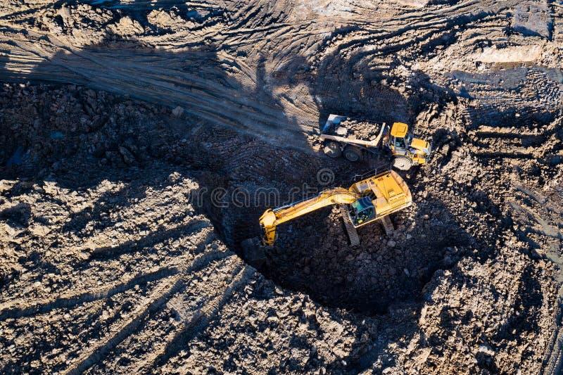 Vista aerea del fuco dell'escavatore che carica l'autocarro a cassone fotografia stock libera da diritti