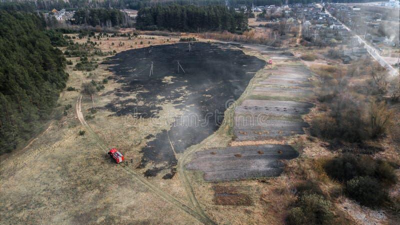 Vista aerea del fuco di un incendio violento in un'erba ed in un'area boscosa fotografia stock libera da diritti
