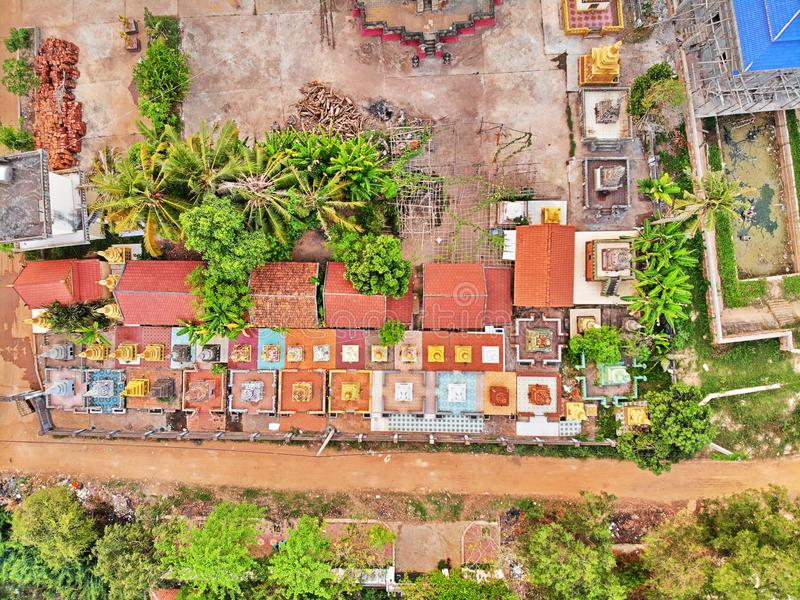 Vista aerea del fuco di un tempio del cambodian di traditionnal immagine stock