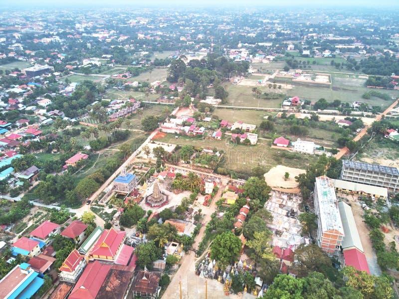 Vista aerea del fuco di un tempio del cambodian di traditionnal fotografie stock libere da diritti