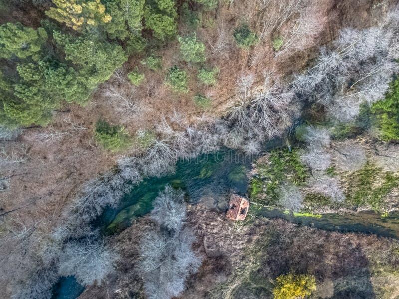 Vista aerea del fuco, del lago artificiale e della foresta densa sulle banche immagine stock libera da diritti