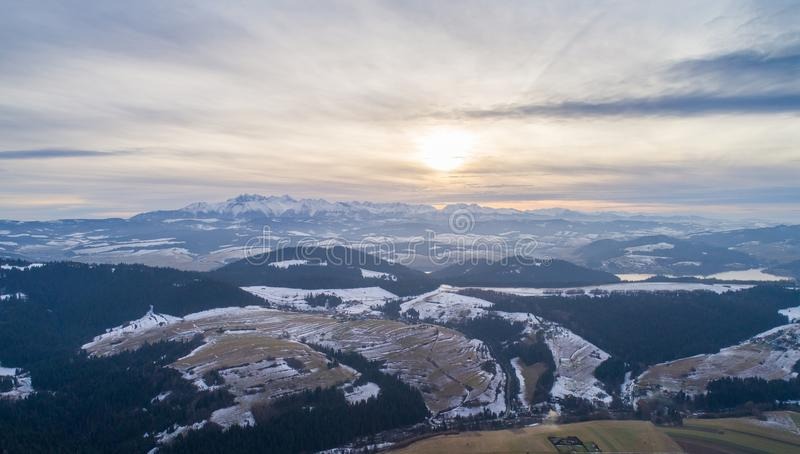 Vista aerea del fuco sulle montagne polacche di Tatra e sul lago Czorsztyn fotografia stock