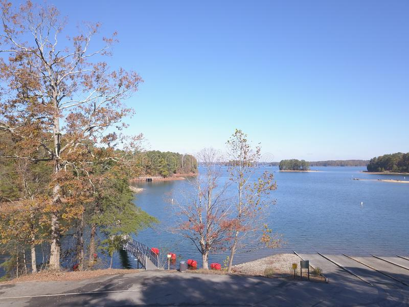 Vista aerea del lago attraverso gli alberi fotografia stock libera da diritti