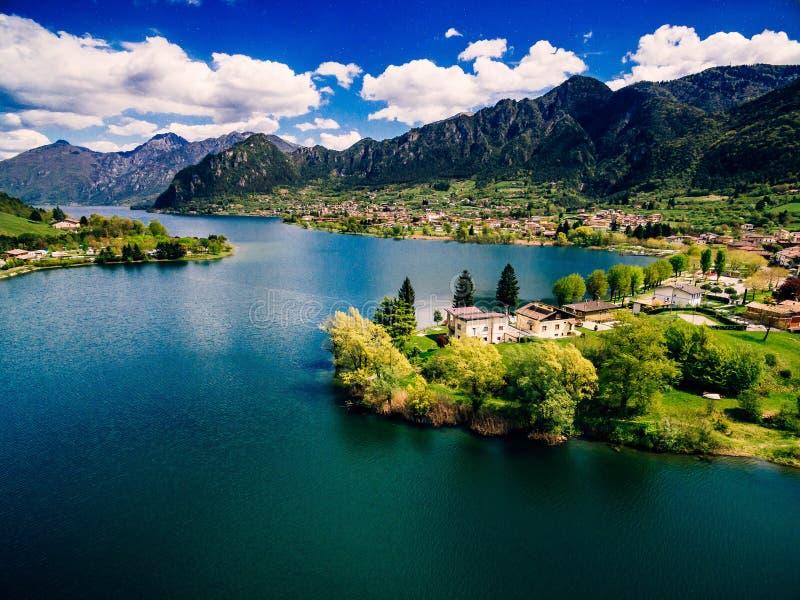 Vista aerea del lago Idro vicino alla polizia in Italia Bello paesaggio di estate con il lago fra le montagne in Italia fotografia stock