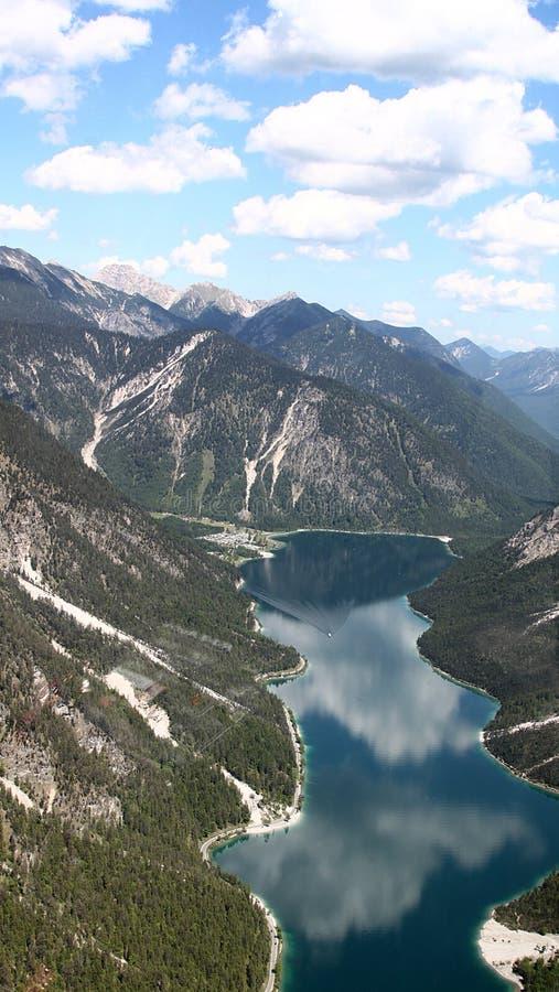 Vista aerea del lago in valle fotografia stock libera da diritti