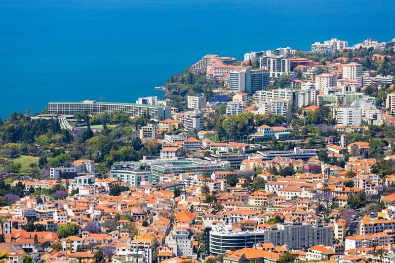 Vista aerea del lato all'ovest di Funchal con molti hotel; Isola del Madera fotografie stock libere da diritti