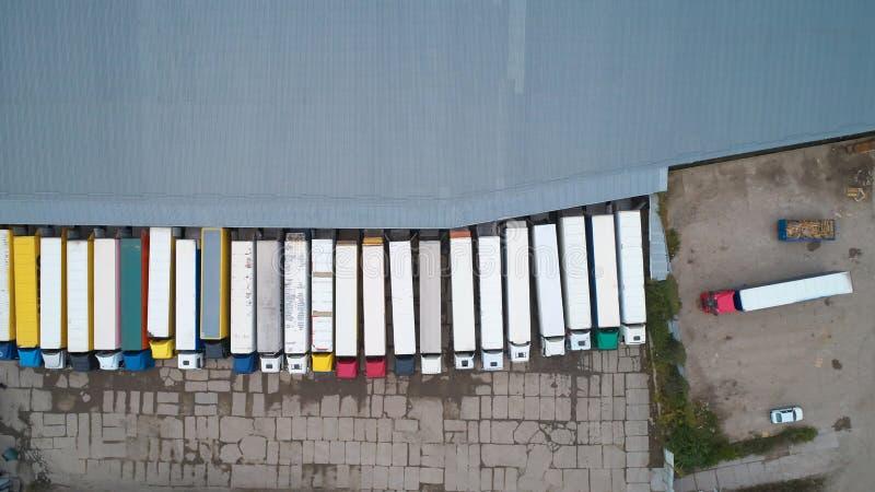 Vista aerea del magazzino delle merci Centro di logistica nella zona industriale della città da sopra immagini stock
