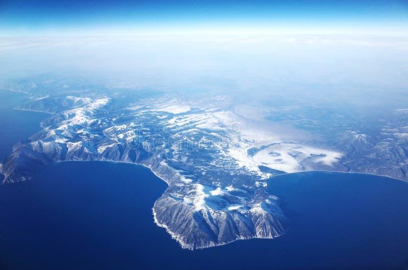 Vista aerea del mare di Okhotsk della costa ovest, Russia fotografia stock