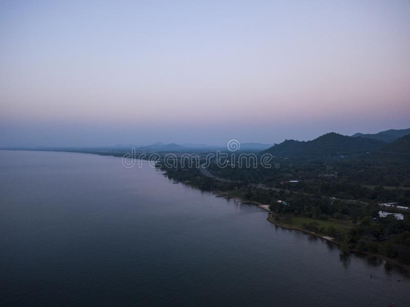 Vista aerea del mare e della spiaggia con l'albero del cocco sull'isola a tempo di tramonto fotografia stock