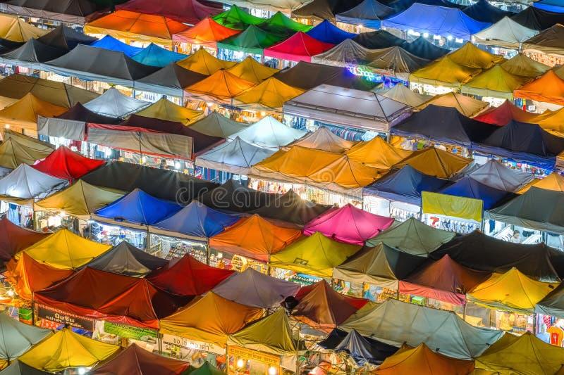 Vista aerea del mercato Ratchada, Bangkok, Tailandia di notte di Talad Rod Fai immagine stock