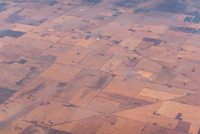 Vista aerea del modello dei campi dell'azienda agricola Vista del paesaggio di agricoltura da sopra immagini stock libere da diritti