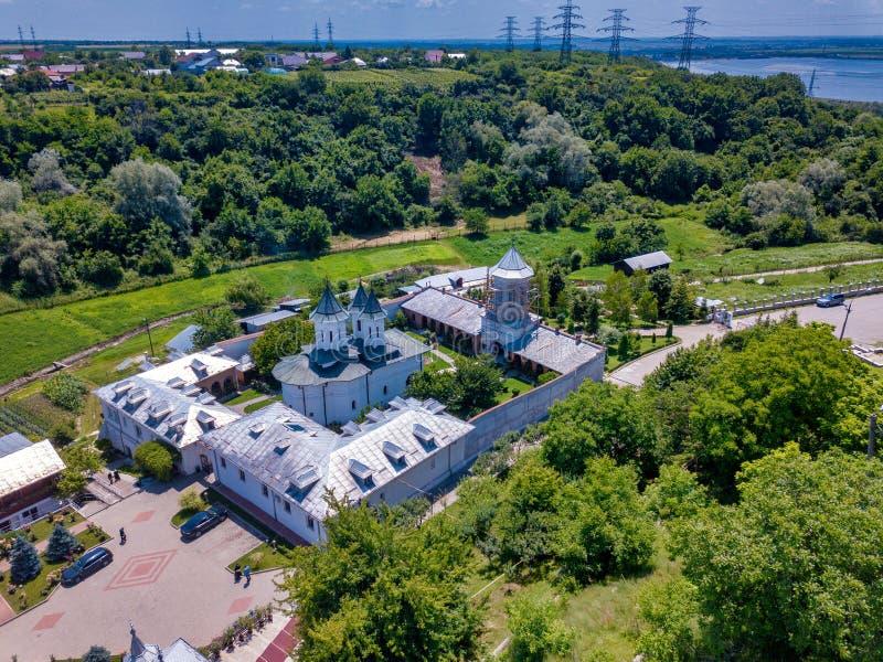 Vista aerea del monastero cristiano ortodosso nella città di Slatina, Romania fotografie stock