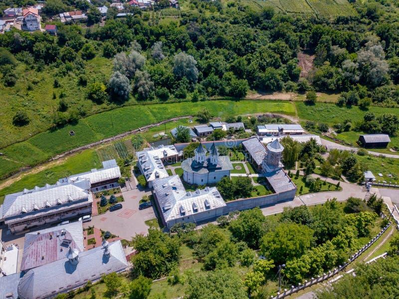 Vista aerea del monastero cristiano ortodosso nella città di Slatina, Romania immagine stock libera da diritti