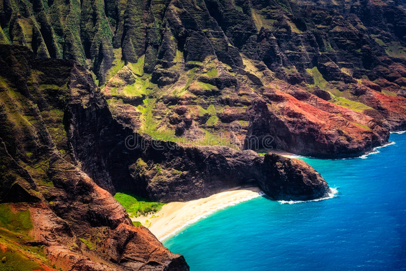 Vista aerea del paesaggio dell'arco di Honopu alla linea costiera del Na Pali, Kauai fotografia stock