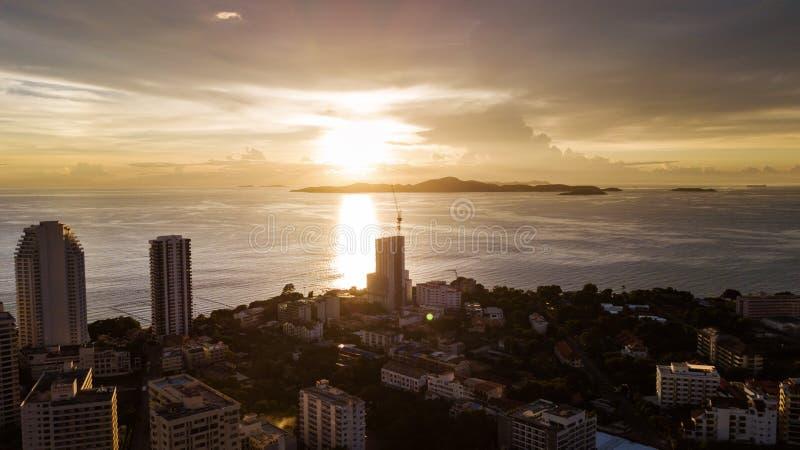 Vista aerea del paesaggio della città di Pattaya in Thaland nel tramonto fotografie stock