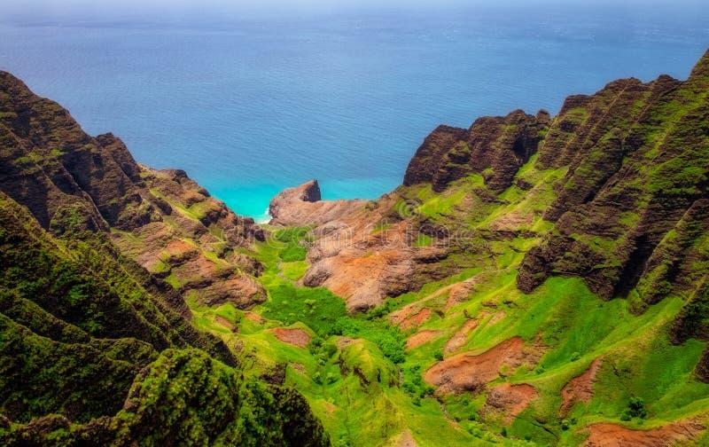 Vista aerea del paesaggio della linea costiera del Na Pali, Kauai, Hawai immagini stock