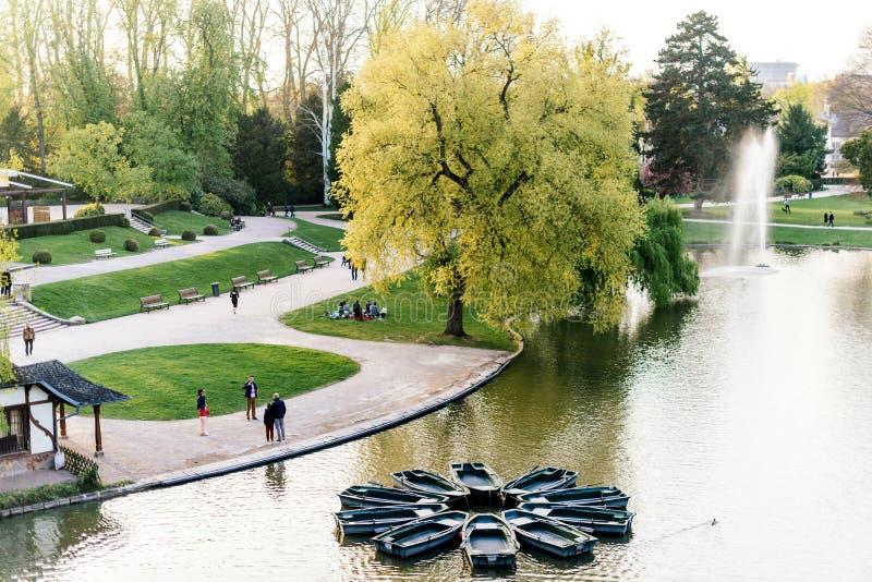 Vista aerea del parco e del lago di Orangerie con la gente immagine stock libera da diritti