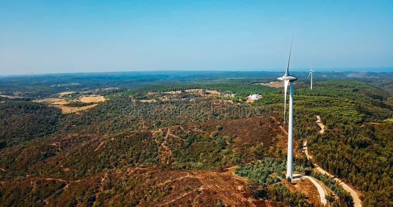 Vista aerea del parco del generatore eolico che genera energia pulita fotografia stock