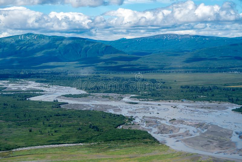 Vista aerea del parco nazionale di Katmai Fiume intrecciato con i banchi di sabbia immagini stock