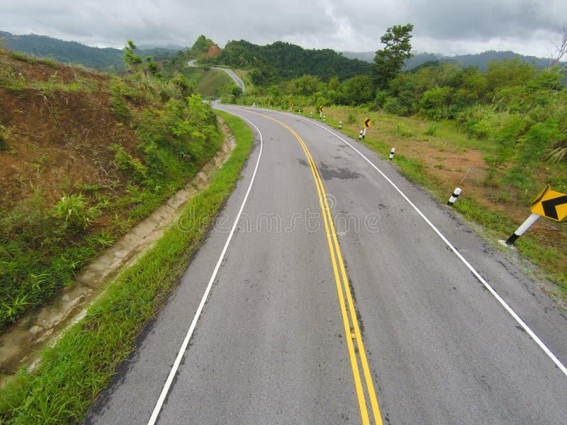 Vista aerea del percorso curvato della strada sulla montagna fotografia stock
