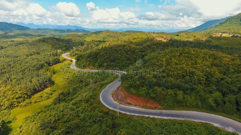 Vista aerea del percorso curvato della strada sulla montagna fotografia stock libera da diritti