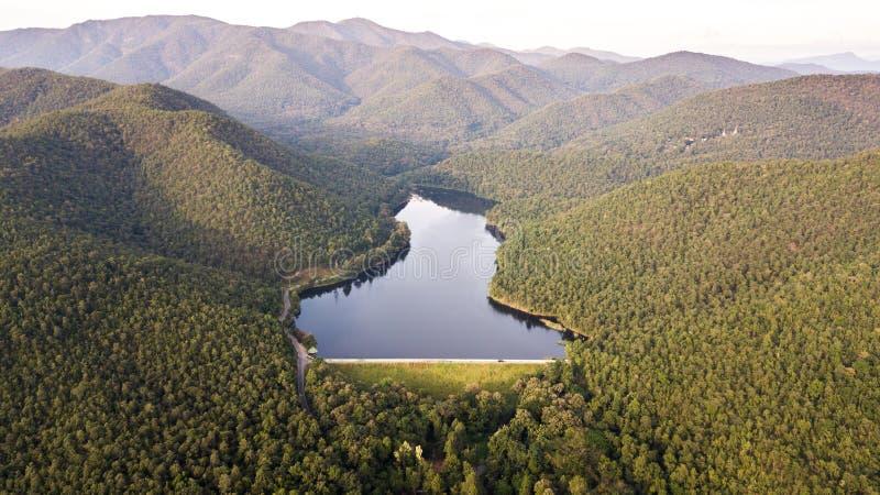 Vista aerea del picco nei precedenti della valle, Tailandia del bacino idrico fotografie stock libere da diritti