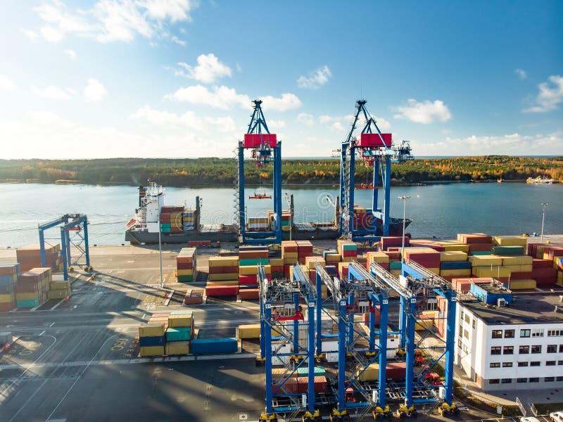 Vista aerea del pilastro del terminale di contenitore durante il processo di caricamento della nave porta-container Nave porta-co fotografia stock
