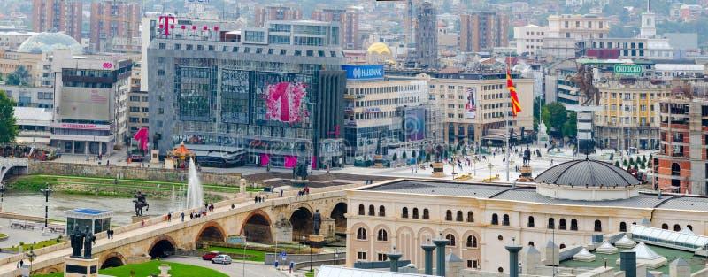 Vista aerea del ponte e del quadrato di pietra Macedonia con la statua di Alexandeer le grande fotografie stock libere da diritti